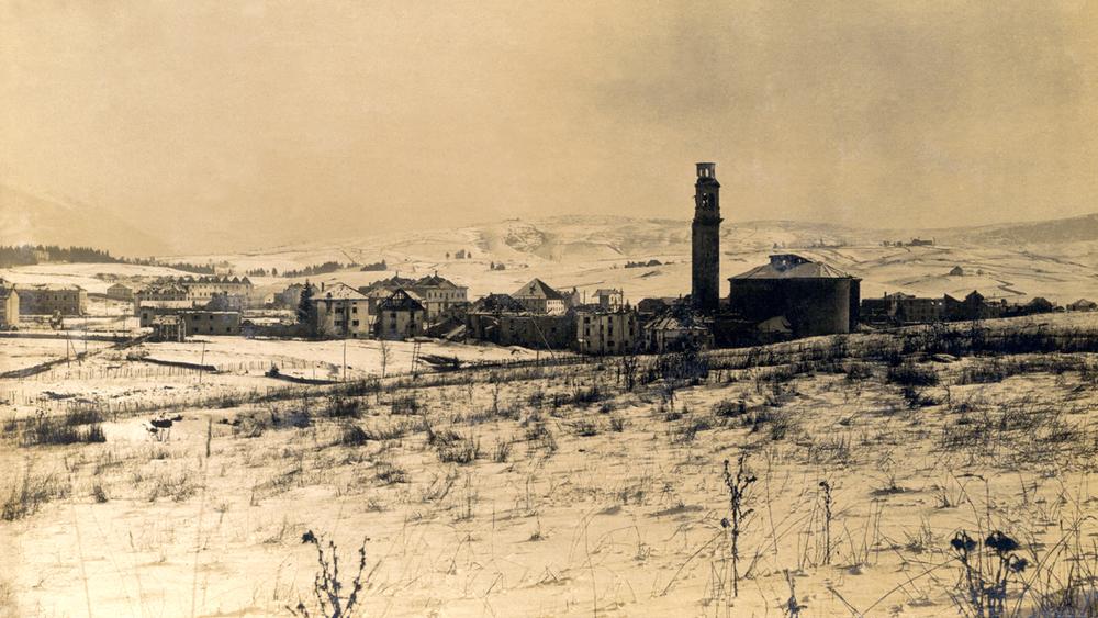 Immagine di Asiago distrutta dai bombardamentie completamente abbandonata dalla popolazione