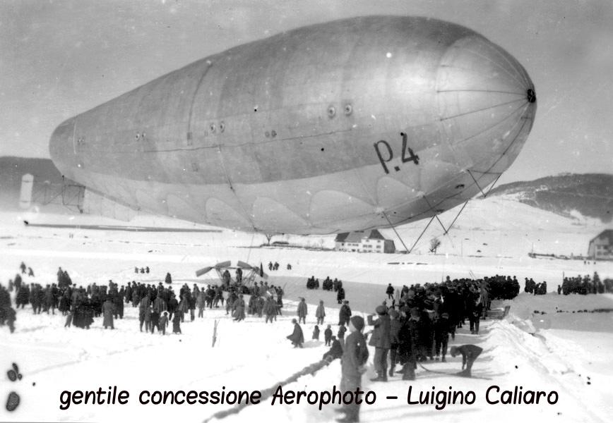 Un dirigibile italiano in fase di decollo fotografato pochi mesi prima dell'inizio della guerra sulla superficie del campo di volo di Asiago