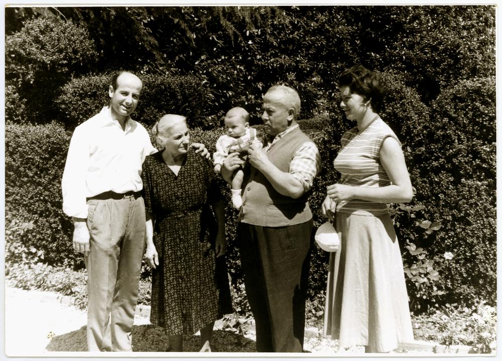 Ruggero Dal Molin tra il papà Elio, i nonni Rosina e Giuseppe e la mamma Lina in una fotografia del 1958