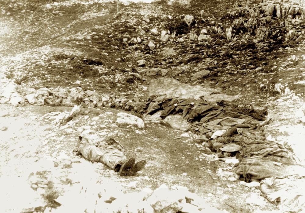 Soldati italiani caduti sull'Ortigara raggruppati prima di essere seppelliti