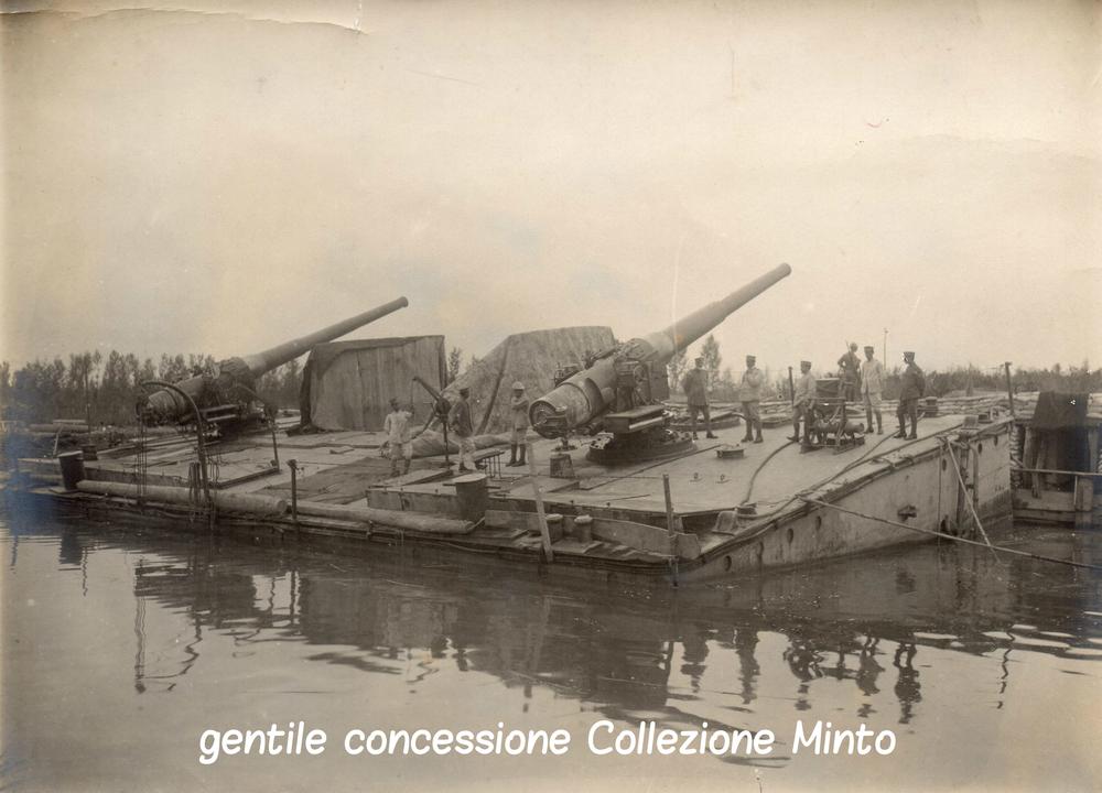 Pontoni equipaggiati con pezzi di artiglieria navale ormeggiati nelle vicinanze del Piave