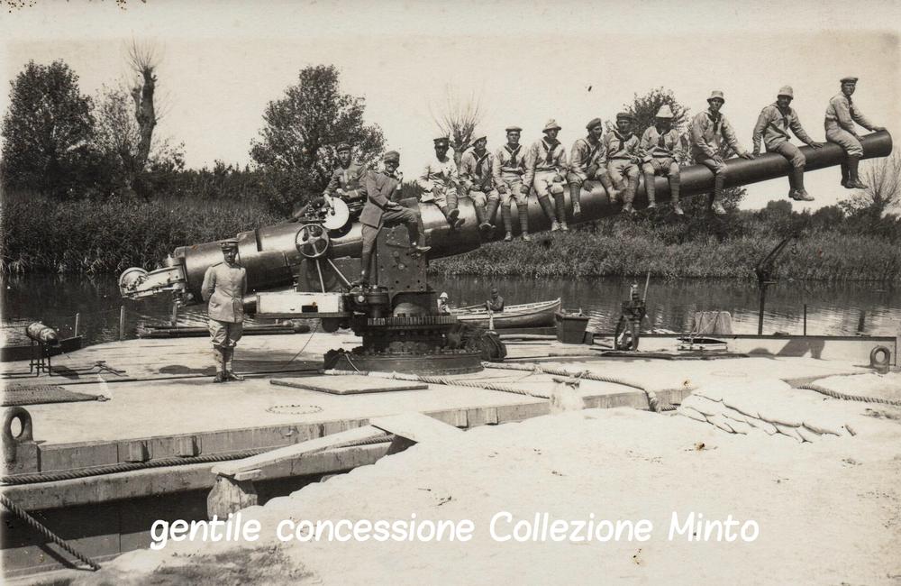 Marinai posano su un grosso calibro navale su un pontone sul fronte del Piave