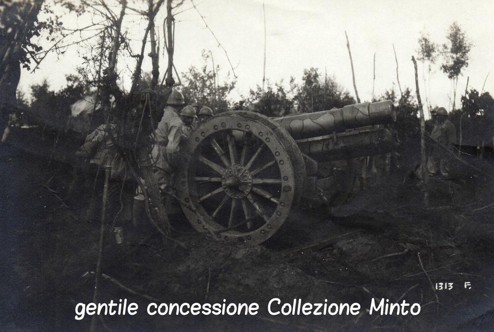 Obice italiano con verniciatura mimetica sul fronte del Piave