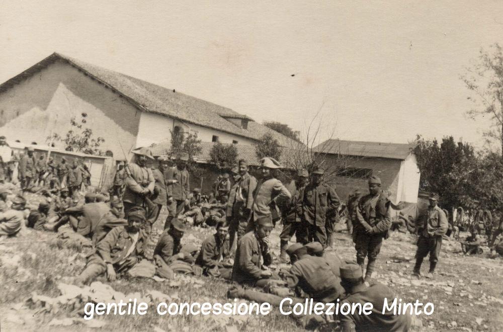 Prigionieri austroungarici sorvegliati da una pattuglia di Carabinieri Reali sul fronte del Piave