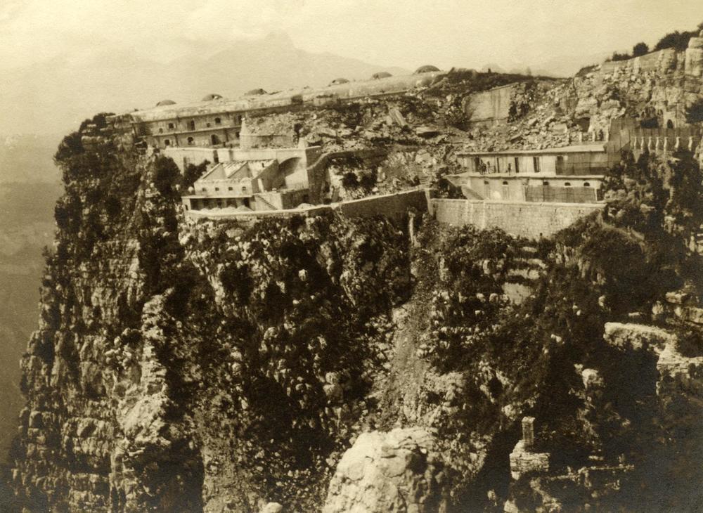 La punta italiana di Forte Corbin a picco sulla Val d'Astico