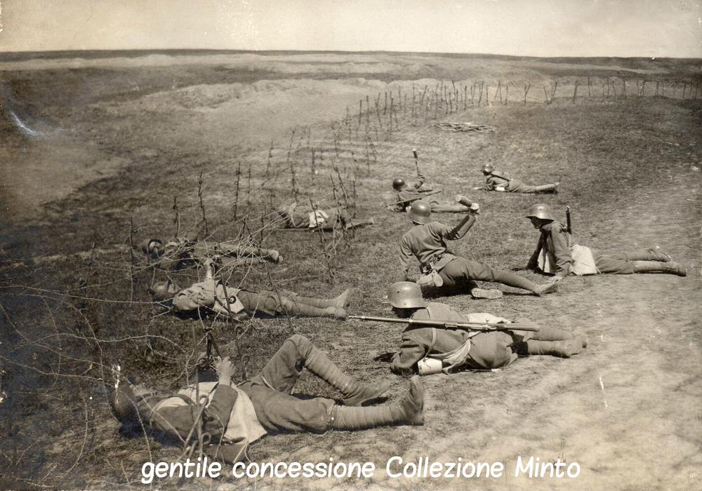 Reparti d'assalto austroungarici si addestrano al superamento dei reticolati italiani sul fronte del Piave