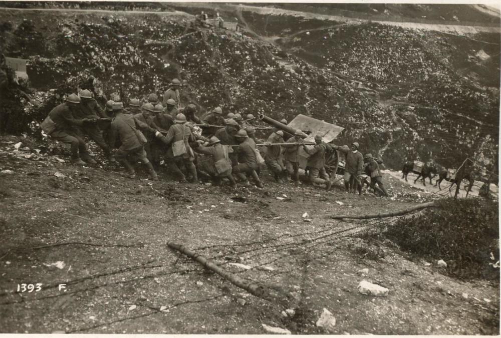Pezzo di artiglieria italiano trascinato a forza di braccia nella zona del Monte Grappa