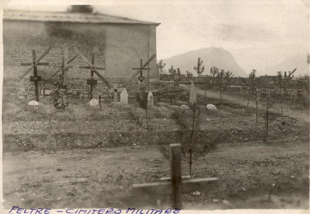 Il cimitero militare di Feltre con alcune tombe di aviatori contraddistinte dalle eliche dei loro velivoli
