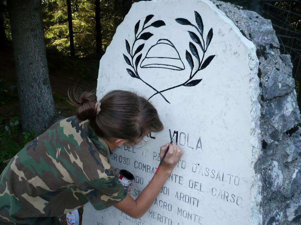 03b - la stele di ettore Viola durante l'intervento di Anna.JPG