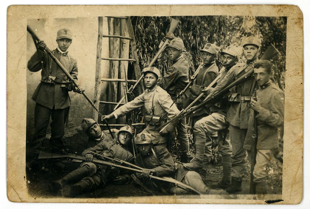 """Reclute del 2° Reggimento - Brigata """"Re"""" posano per una fotografia ricordo"""