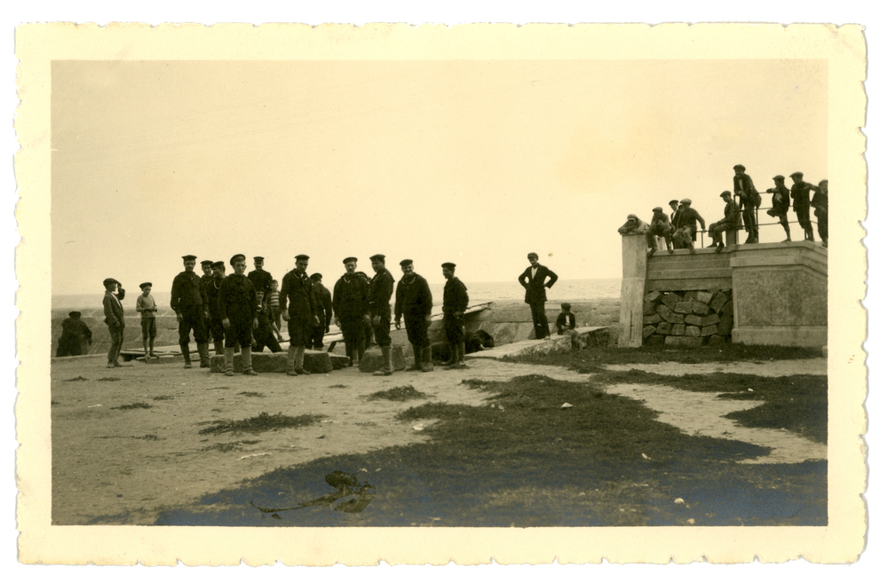 Un gruppo di alcuni Marinai italiani ritratti a terra