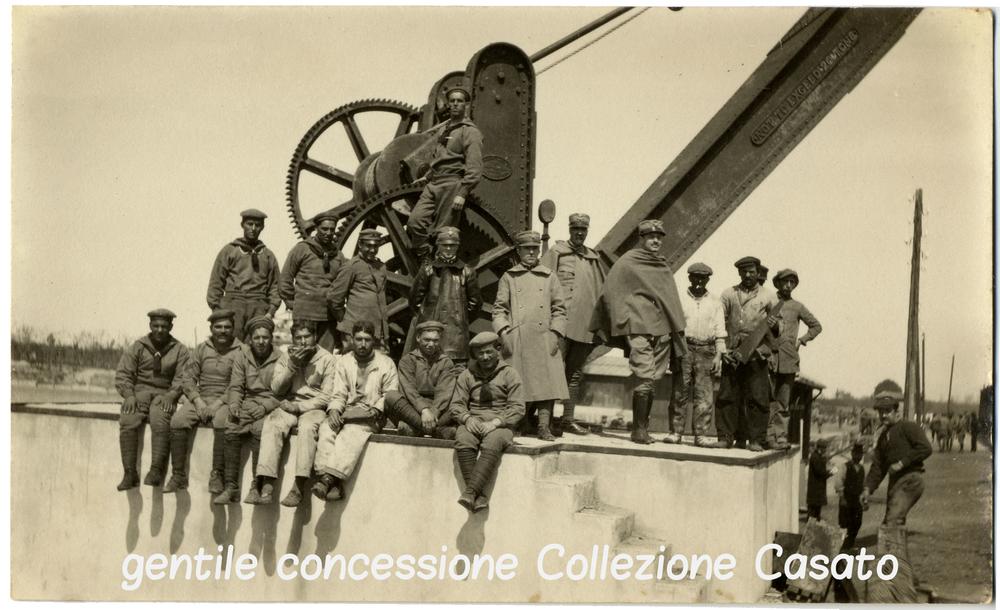 Marinai e uomini della Sanità in attesa di imbarco sul molo di Grado