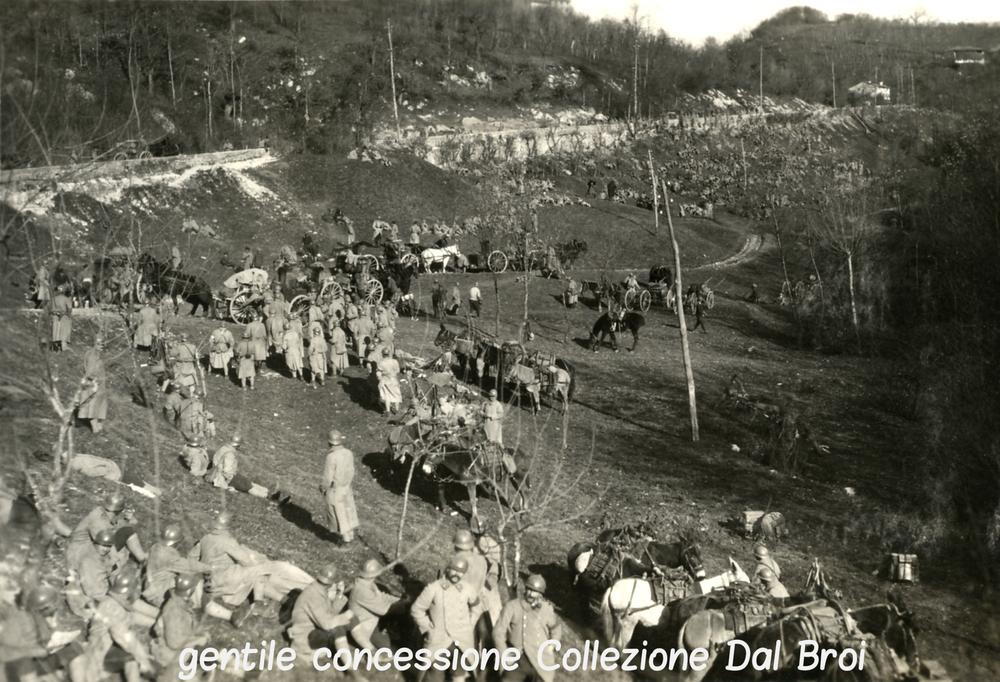 Truppe francesi sostano durante una marcia verso il Monte Tomba