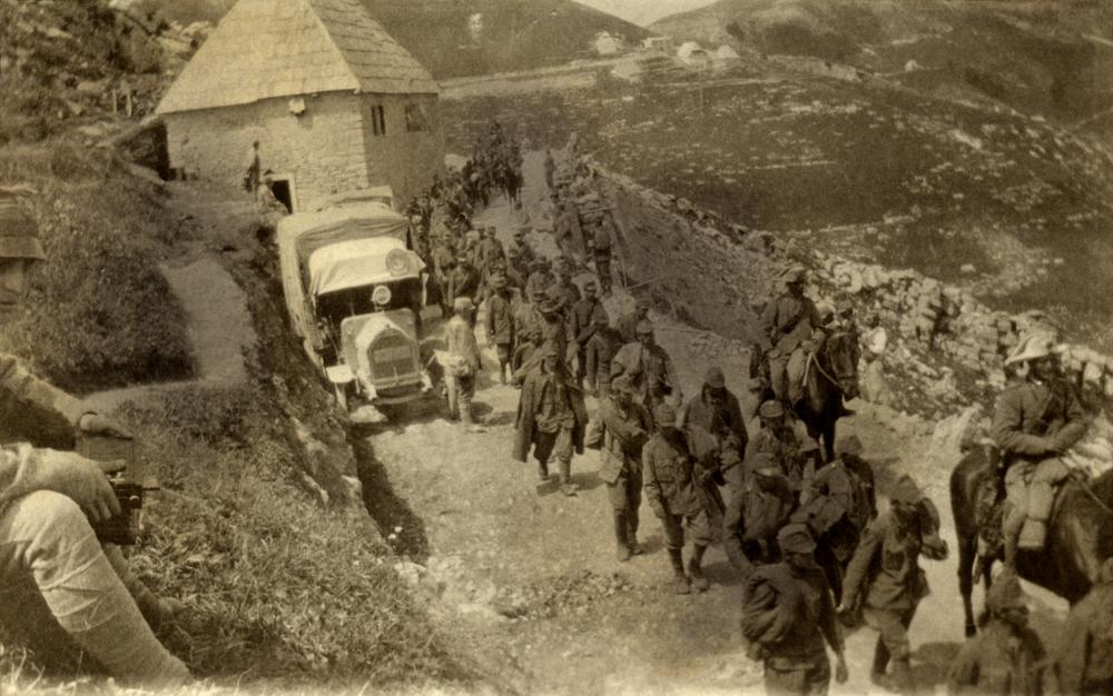 08 - prigionieri austriaci dell'ortigara passano in località Ornega ai piedi del M. Lisser - ASDM.JPG