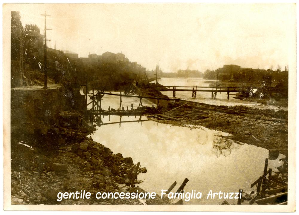 Bassano nel 1945 - la passerella sul brenta. sullo sfondo la zona di San Fortunato