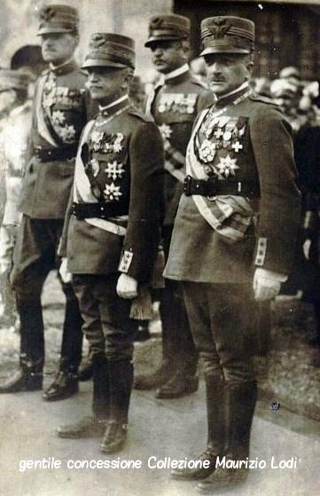 S.M. il Re, il Generale Diaz, il Generale Badoglio e il Generale Albrizzi attendo il feretro del Milite Ignoto al Vittoriano il 4 novembre 1921