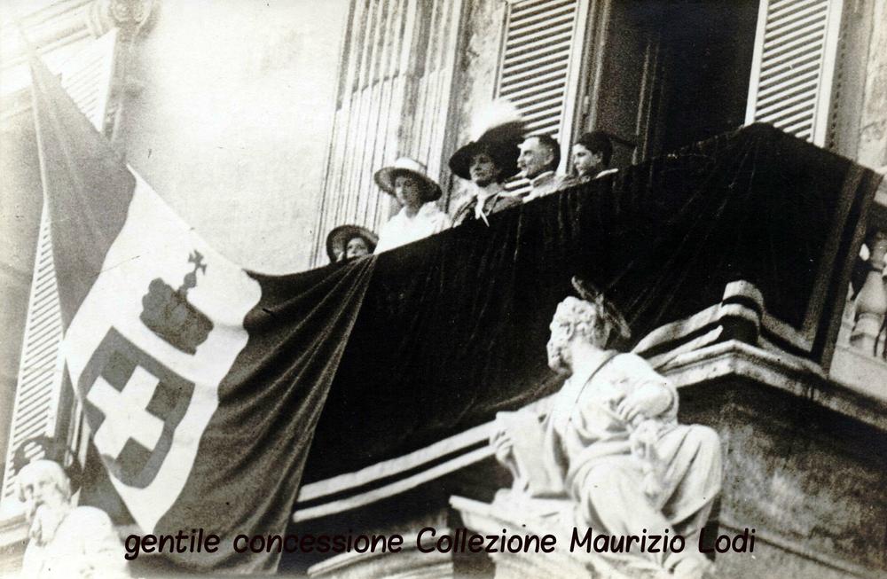 Saluto alla folla dal balcone del Quirinale della Famiglia Reale il 24 maggio 1915 giorno dell'entrata in guerra dell'Italia