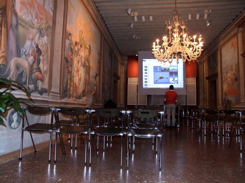 02 - la sala conferenze della Libreria di Palazzo Roberti.JPG