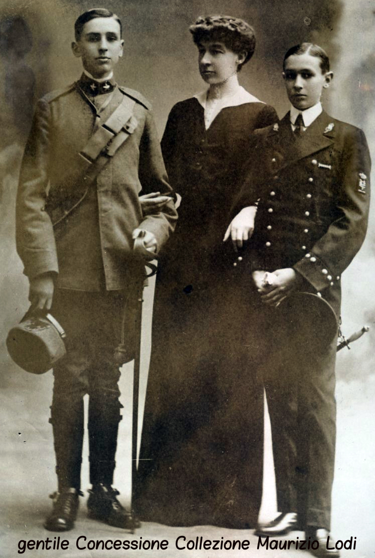 Le LL.AA.RR. la Elena d'Orleans Duchessa d'Aosta con i figli Amedeo arruolato nell'Arma di Artiglieria e Aimonein uniforme della Marina