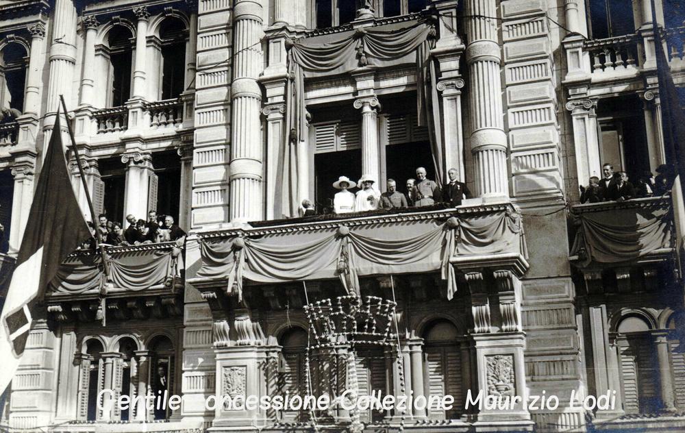 Trieste 21 maggio 1922: saluto della folla festeggiante alle  LL.MM . Vittorio Emanuele III alla Regina Elena, alle LL.AA.RR. Emanuele Filiberto di Savoia Duca Aosta e alla Principessa Jolanda