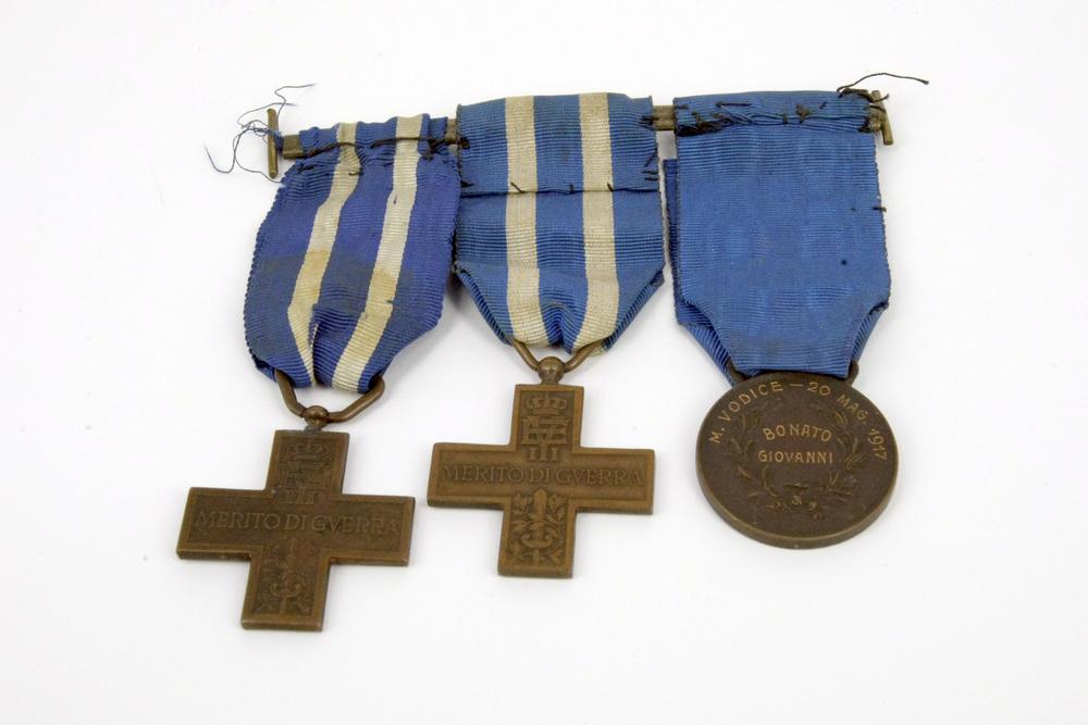 Croci e medaglia di bronzo al valor militare.jpg