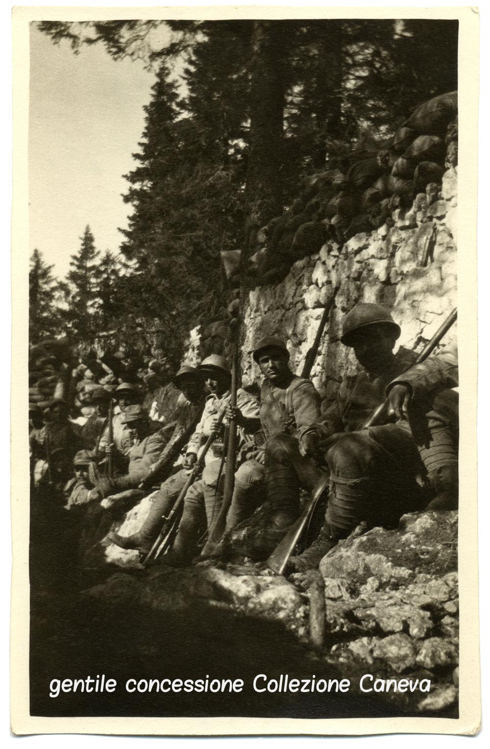 """Fanti della """"Sassari"""" in linea sul monte Zebio in attesa dell'ennesimo assalto"""