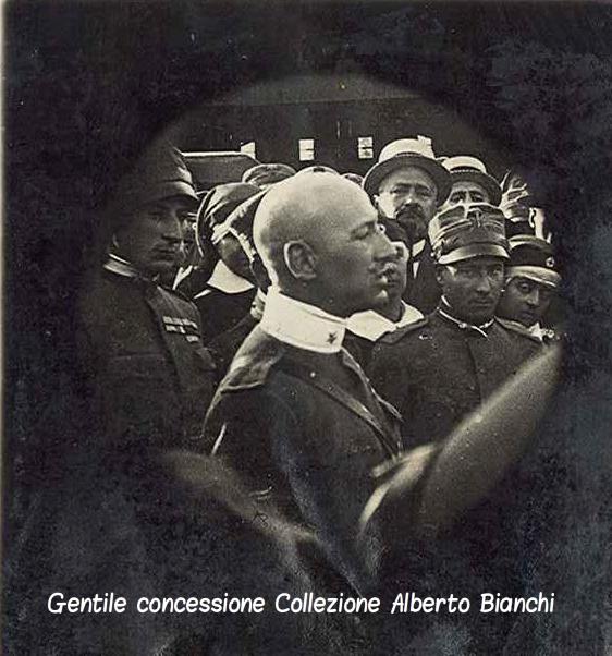 Gabriele D'Annuzio arringa militari e civili