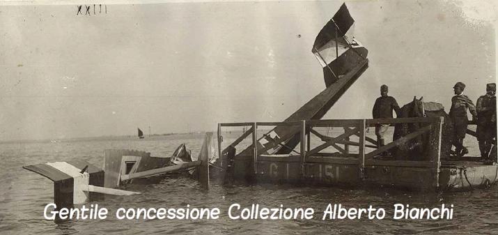 Recupero da parte di un pontone italiano di un idrovolante austroungarico precipitato in mare
