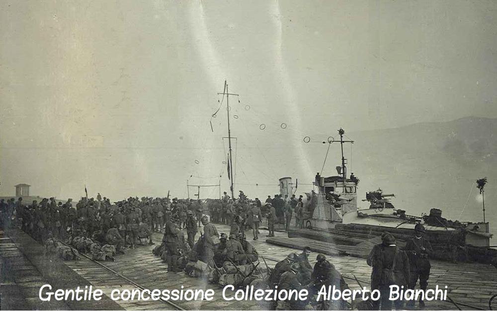 Reparti dell'Esercito sul molo in attesa di un imbarco