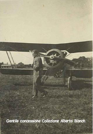 Un velivolo italiano fermo sul campo di volo