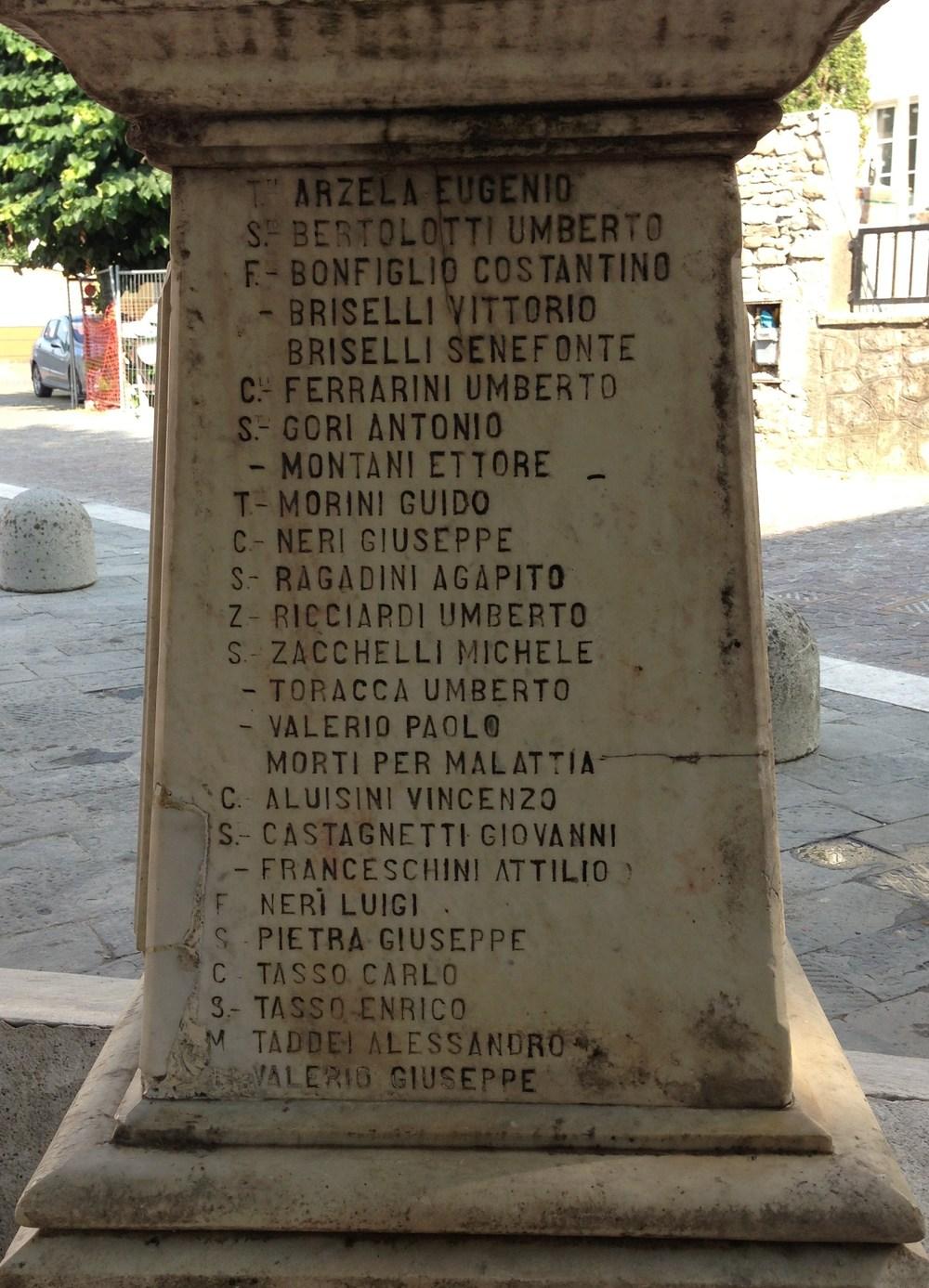 Sopra: il capitello con i nomi dei Caduti di S.Stefano Magra (fotografia di Stefano Aluisini)