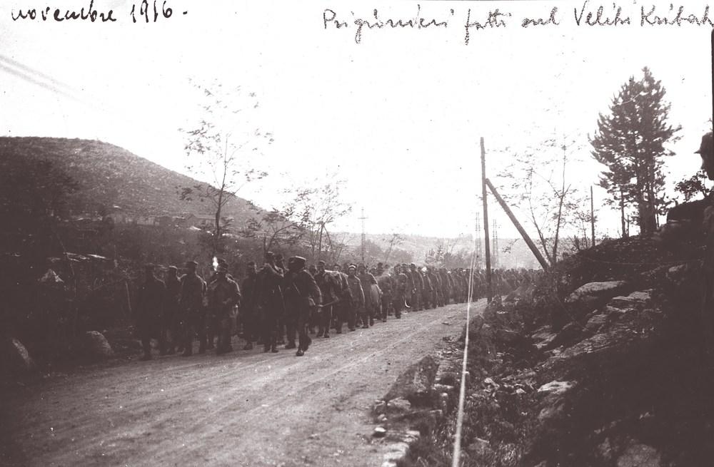 Rara fotografia scattata pochi giorni dopo sul Veliki Hribach (o Kribak) di una colonna di prigionieri