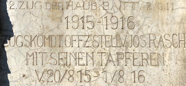 Targa a ricordo di una batteria di obici imperiali schierati sul Cvetje (Santa Lucia) il 20 agosto 1915.