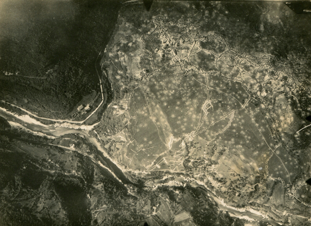 Fotografia aerea delle linee del costone dal paese di Selo, in alto a sinistra, fino a quota 588, a destra.