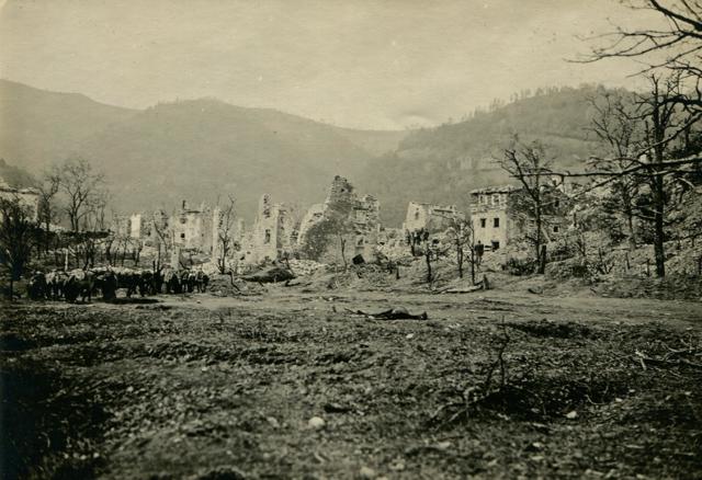 Rovine del paese di Selo dopo la battaglia.