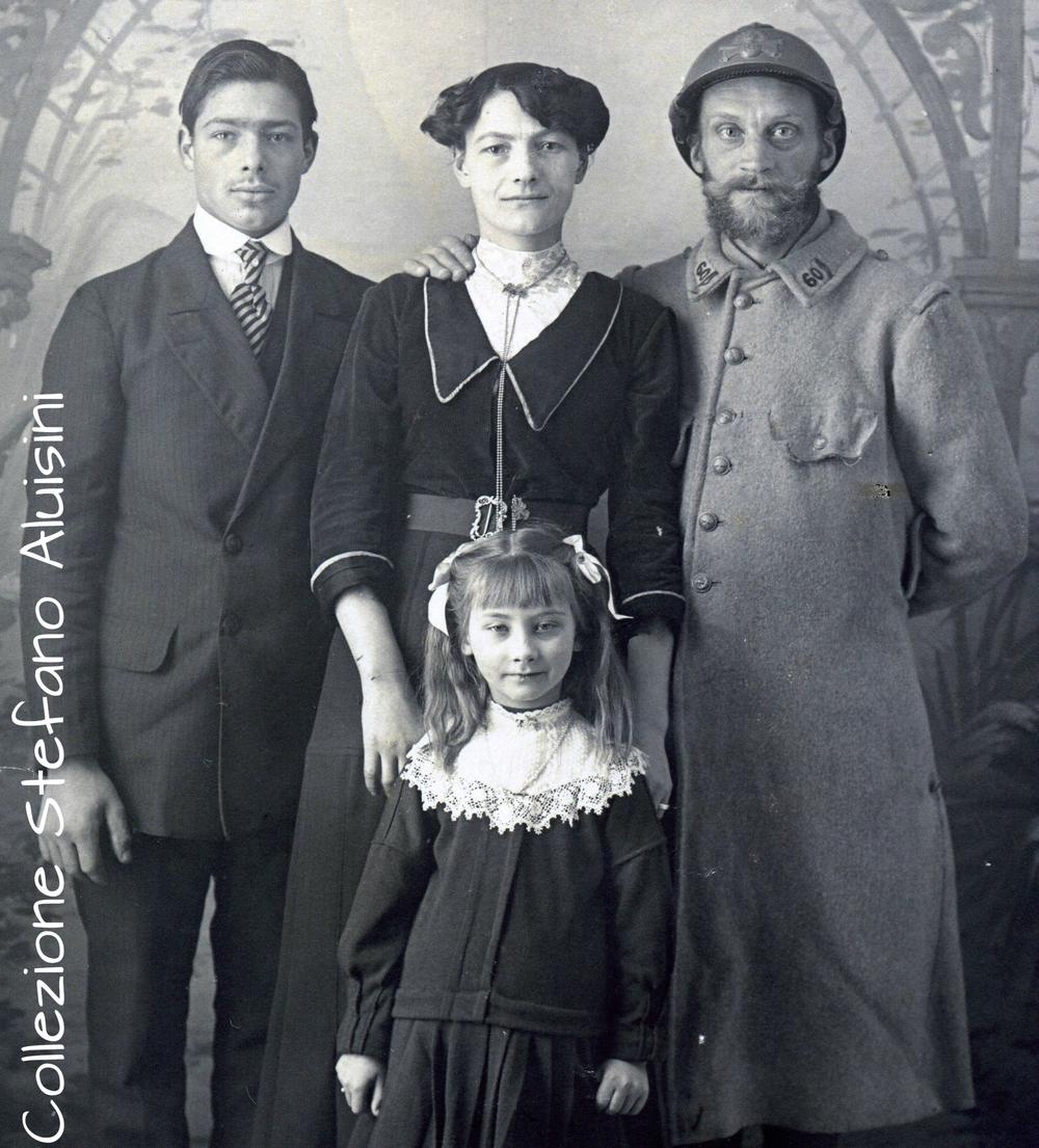 Sopra, a sinistra: un Fante Francese di nome Jean, ritratto al termine della sua prima licenza nel 1915 insieme al fratello, alla sorella ed alla nipotina. Lasciò loro per ricordo questa fotografia il 6 luglio del 1917 prima di partire per l'Oriente (probabilmente verso una delle Colonie). Colpiscono gli occhi della piccola, identici a quelli dello zio soldato (fotografia acquistata in Francia).