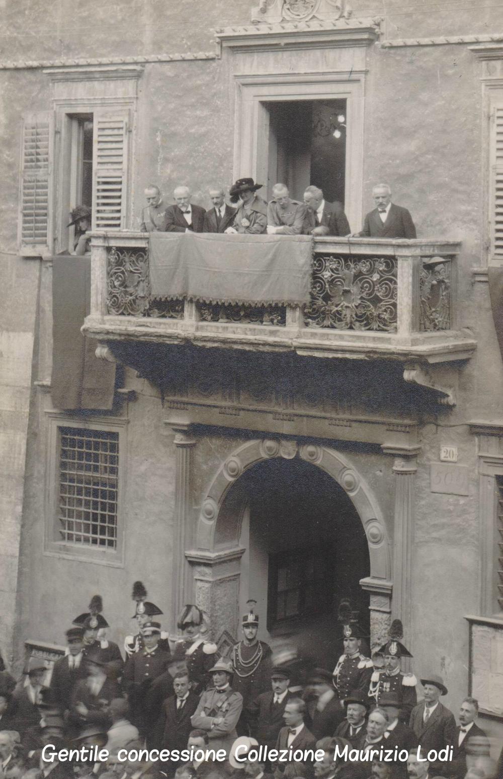 prima visita ufficiale del Reali d'Italia Vittorio Emanuele III e della Regina Elena in Trento Redenta (2) (cc).jpg