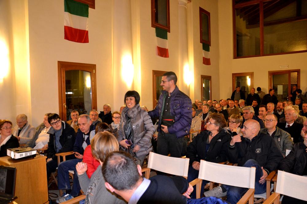 07 - arrivo Manuela Cabboi col marito Sandro e la figlia Gaia tra la sorpresa del pubblico che si domanda chi siano.JPG