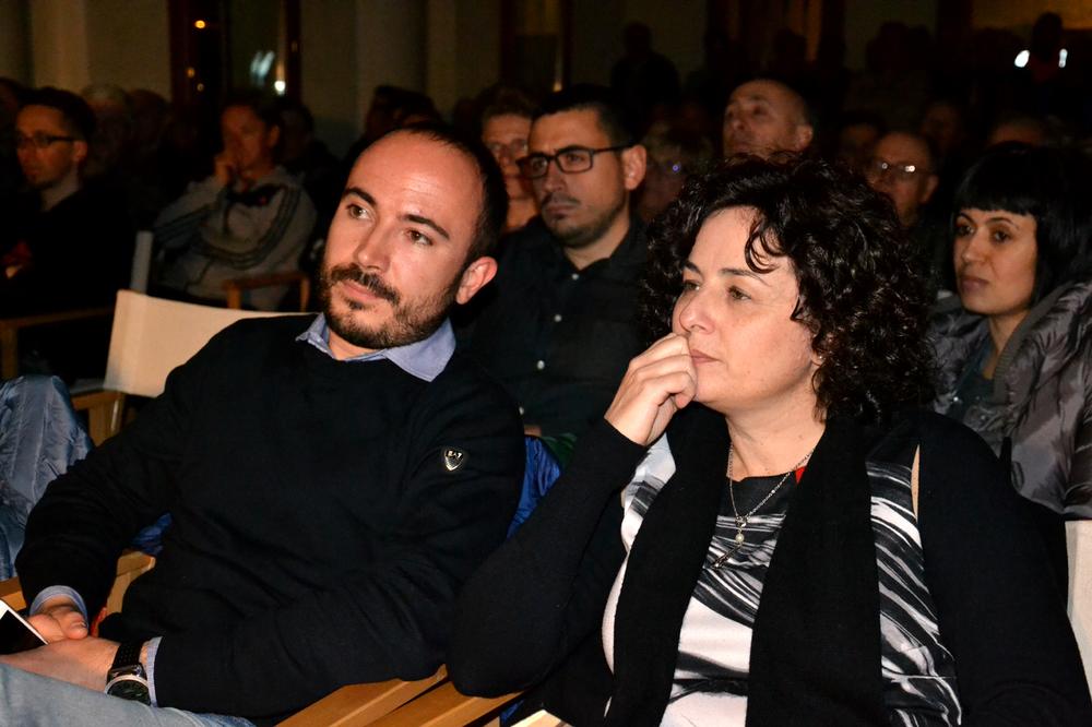 08 - arrivo anche di Monica che si siede accanto ad Alberto.JPG