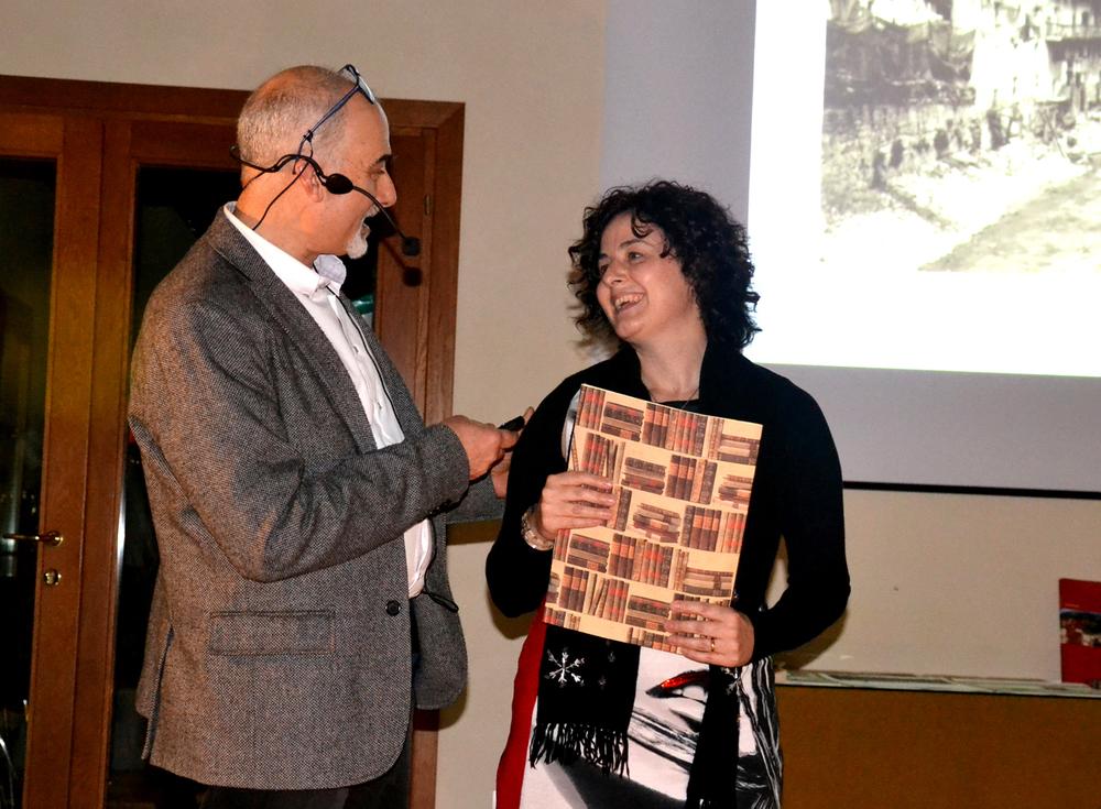 16 - Monica tra il pubblico invitata per l'ultima lettura che narra del momento nel quale la Sassari passa per Valstagna.JPG