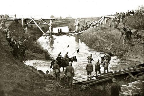 1918: soldati del Genio aprono la strada oltre il Monticano alla Cavalleria lanciata all'inseguimento del nemico