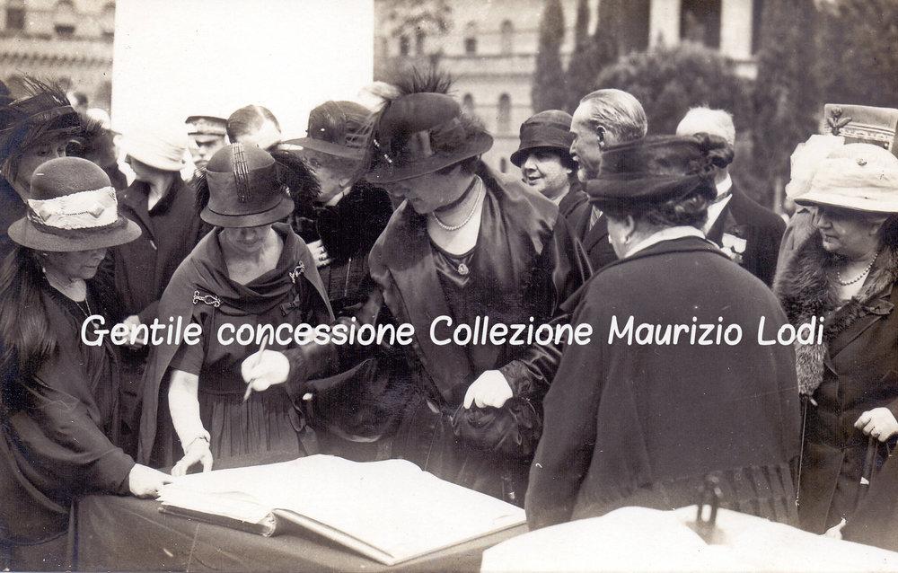Roma 4 novembre 1924 Regina Madre e la Regina Elena petizione Monumento alle Madri e Vedove dei Caduti della Grande Guerra 1c.jpg