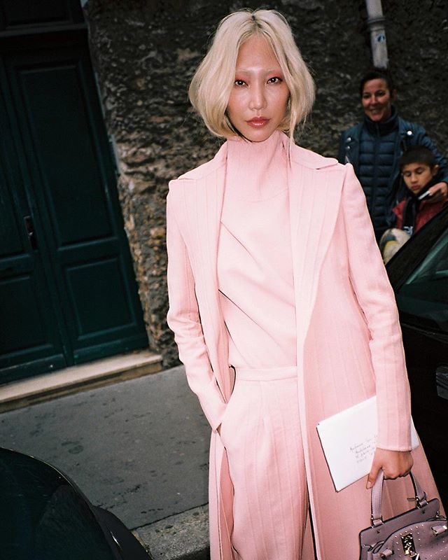 La vie en rose | Paris Fashion Week on Film 🎞 | Check the link in Bio to see the full post 👆🏼| #pfw #parisfashionweek #streetstyle #streetfashion #ss18 #kodakportra160 #theoutsiderblog #diegozuko