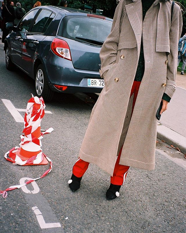 Plaid by me | Paris Fashion Week on Film 🎞 | Check the link in Bio to see the full post 👆🏼| #pfw #parisfashionweek #streetstyle #streetfashion #ss18 #kodakportra160 #theoutsiderblog #diegozuko