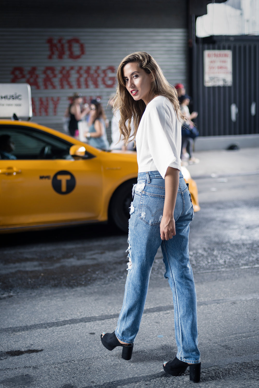 blogger_raquel_paiva_wears_nasty_gal_roses_jeans_nyfw_street_style