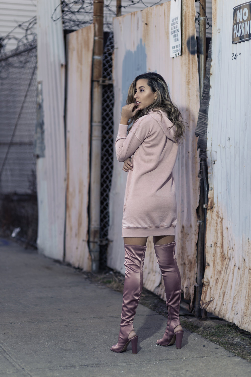 fashion-blogger-raquel-paiva-wears-pink-sweatshirt-dress-pink-boots