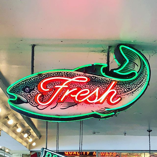 Slightly obsessed with this fresh fish sign from @pikeplacepublicmarket I saw in Seattle last week. . . . . #itsaclassic #seattle #typography #vintagesigns #pikeplace #market #design #neonsigns