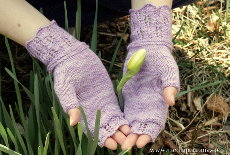 Narcisos fingerless mitts knitting pattern by Kristen Jancuk, MediaPeruana Designs
