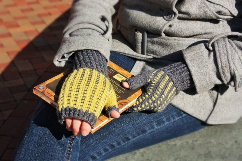 Warblers fingerless mitts knitting pattern by Kristen Jancuk, MediaPeruana Designs