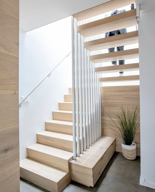 Take a look at this staircase! Reflecting on our styling work, with Helen Pang, on the Hoh House in North Vancouver, BC. This staircase was designed to enhance the textures of the natural materials, play with shadows, and maintain a minimalist aesthetic by making use of the natural light. . Architect: @helenpangarchitecture @mo_arch Interior Architecture: @helenpangarchitecture @mo_arch Interior Styling: @studiokardum Contractor: @saint_construction . 📸: Janis Nicolay @pineconecamp . . . . #studiokardum #design #hohhouse #northvancouver #interiordesign #interiorstyling #architecture #interiordesign #interiorsinspo #yvrdesigners #designer #design #architecture #commercialdesign #residentialdesign #interiorinspo #instagood #decor #decorating #yvr #homerenovation #dreamhome #minimalist #inspo